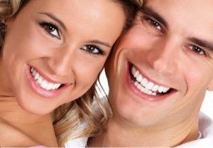 para z białym uśmiechem