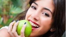 kobieta je jabłko