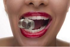 kostka lodu między zębami