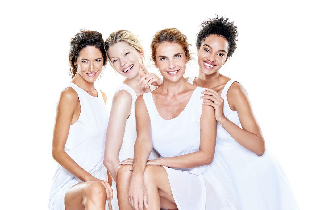 kobiety w białych sukienkach