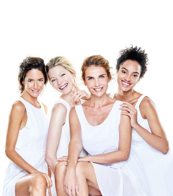 cztery uśmiechnięte kobiety